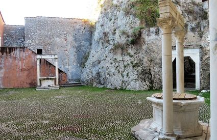 Renaissance courtyard, the two wells, Massa, Castello Malaspina