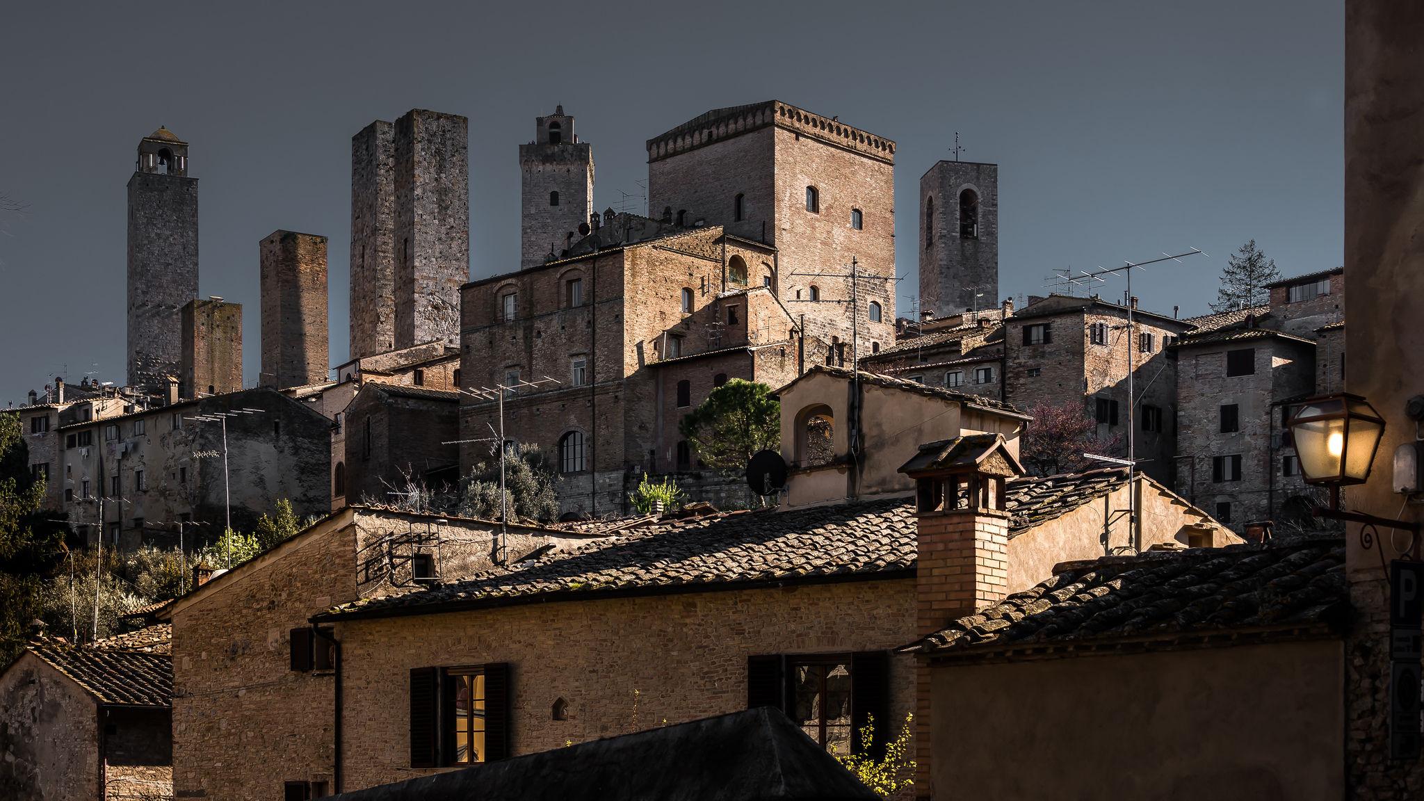 San Gimignano - Costellata di torri in un mare di colline