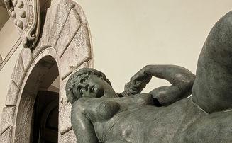 Una replica dell'Aurora di Michelangelo Buonarroti esposta davanti al Palazzo Mediceo di Seravezza patrimonio Unesco